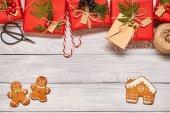 vánoční dárky na dřevěné pozadí