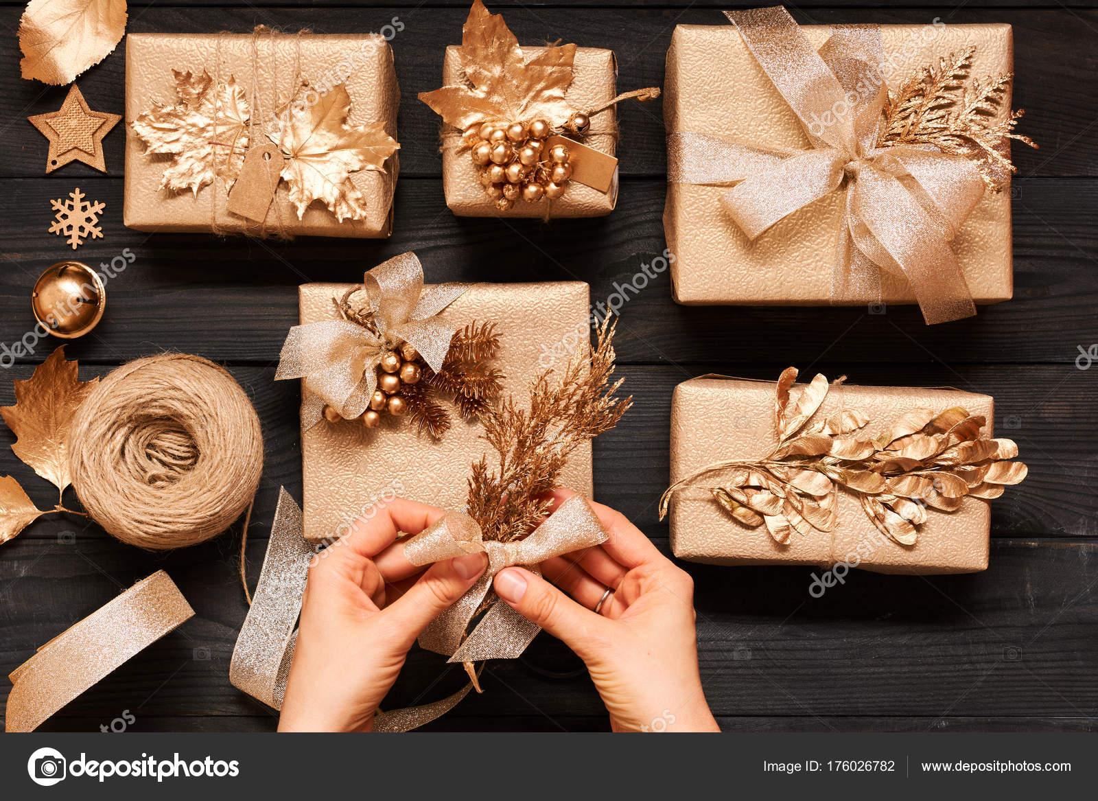 Frau Weihnachtsgeschenke Verpacken Kreativ Verpackt Und Dekoriert ...