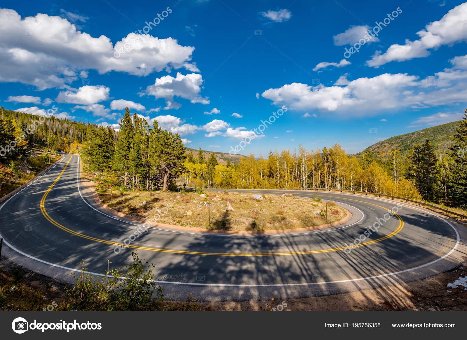 ffe69778d71 Dálnice s vlásenka odbočit na podzimní slunečný den v Rocky Mountain  National Park (tobogán). Colorado