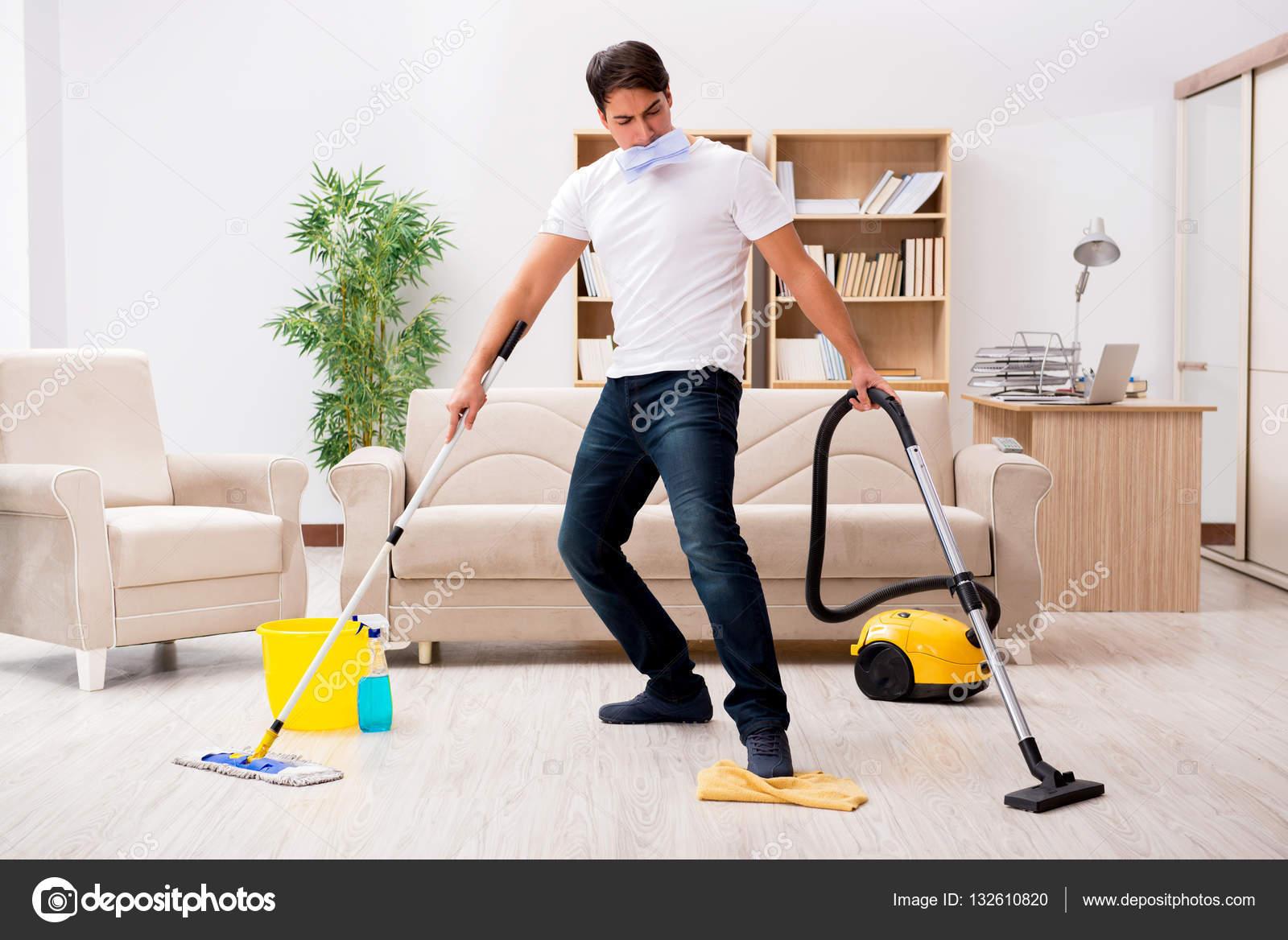 Hombre de hogar limpieza con aspiradora foto de stock for House cleaning stock photos