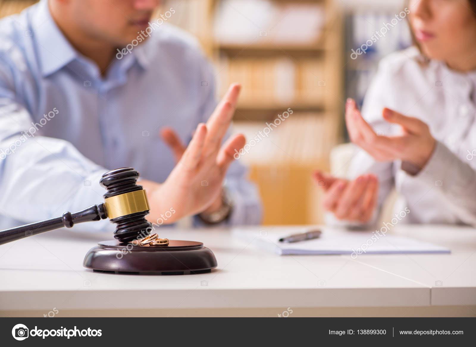 Martelo de juiz, decidindo sobre o divórcio de casamento — fotos de bancos de imagens