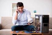 Fotografie Wütenden Kunden versuchen zu reparieren Computer mit Telefon-support