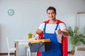 Opravář superhrdinů pracující doma