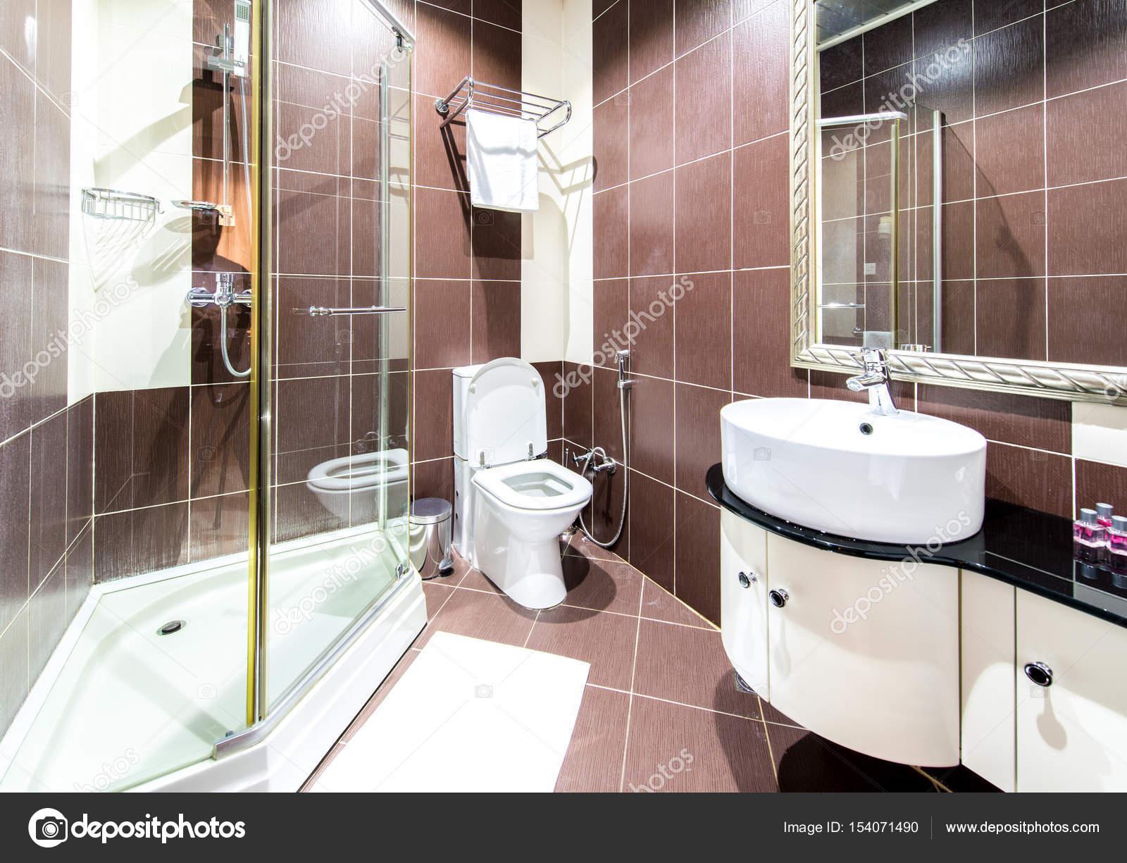 Moderne badkamer interieur in het hotel u stockfoto elnur