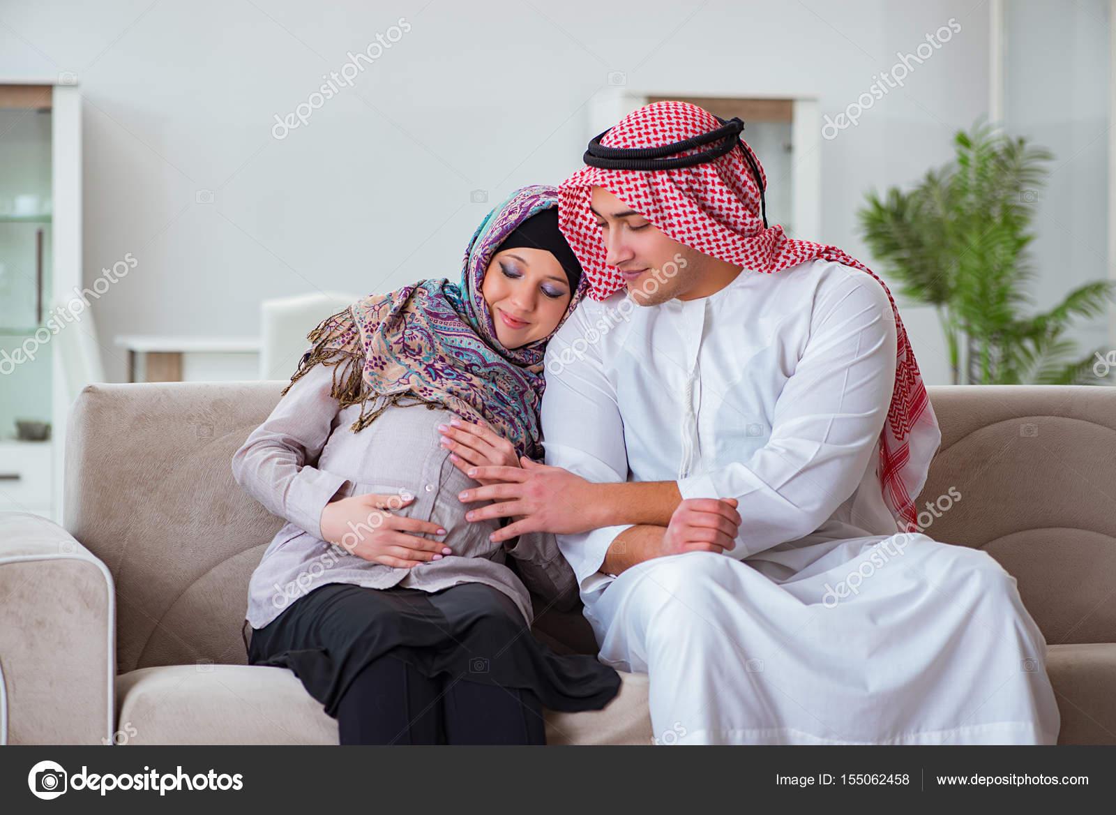 Très famille musulmane arabe avec bébé tout en attendant de femme  ZZ99