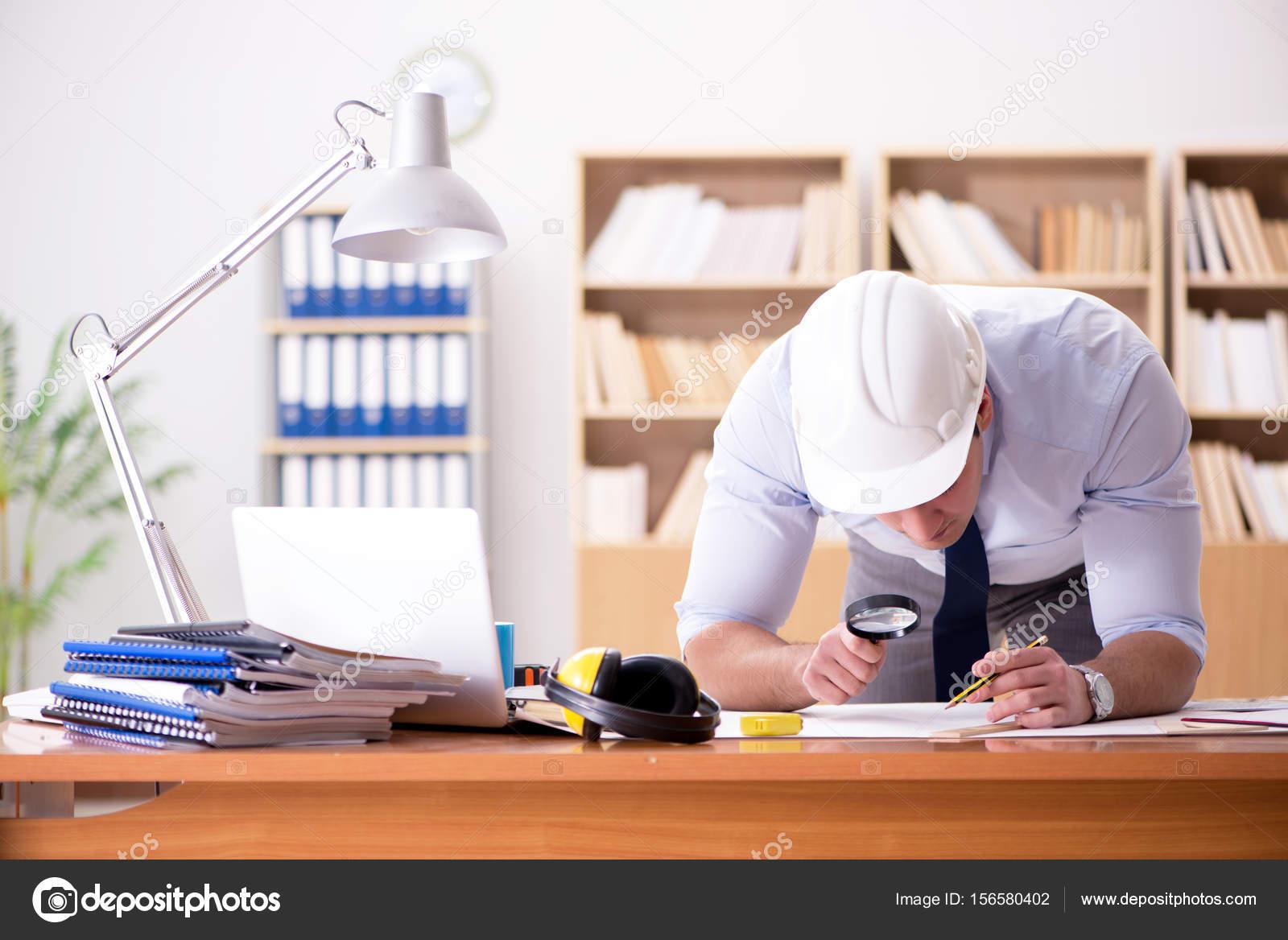 In Ufficio Tecnico : Supervisore tecnico lavorando su disegni in ufficio u foto stock