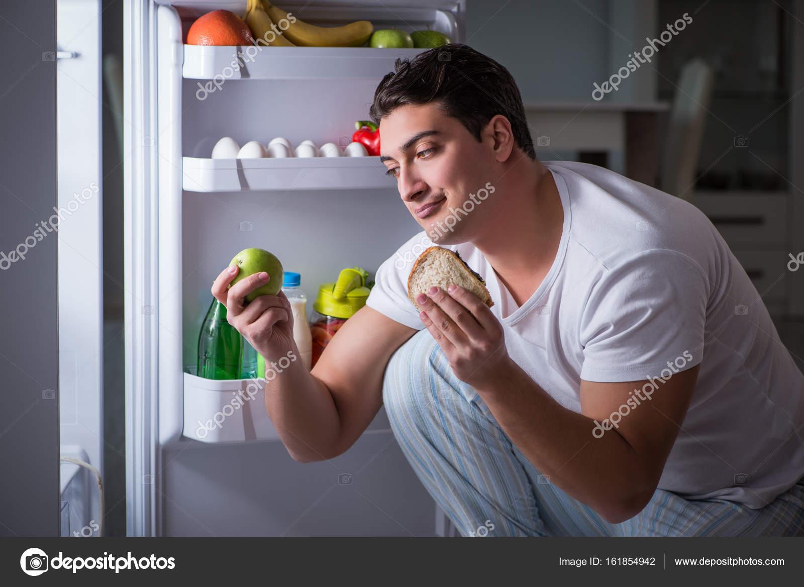 Kühlschrank Deo : Mann an den kühlschrank essen in der nacht u stockfoto elnur