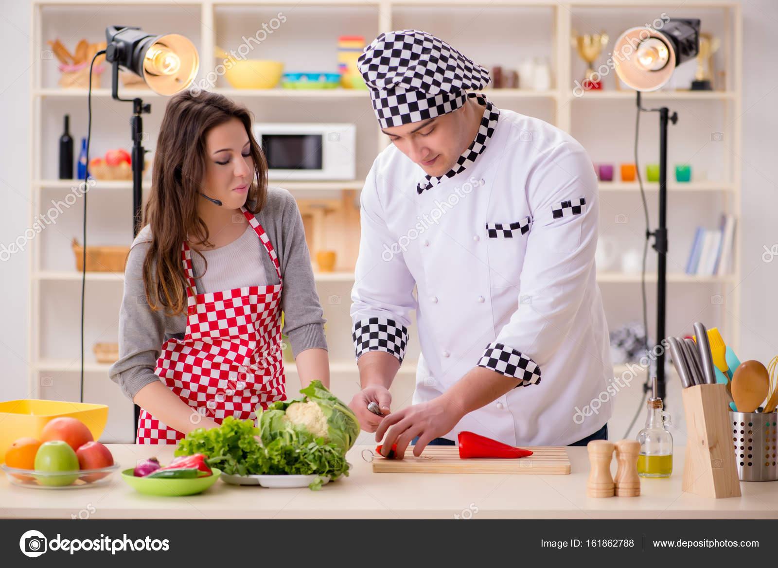 Essen kochen TV-show im studio — Stockfoto © Elnur_ #161862788