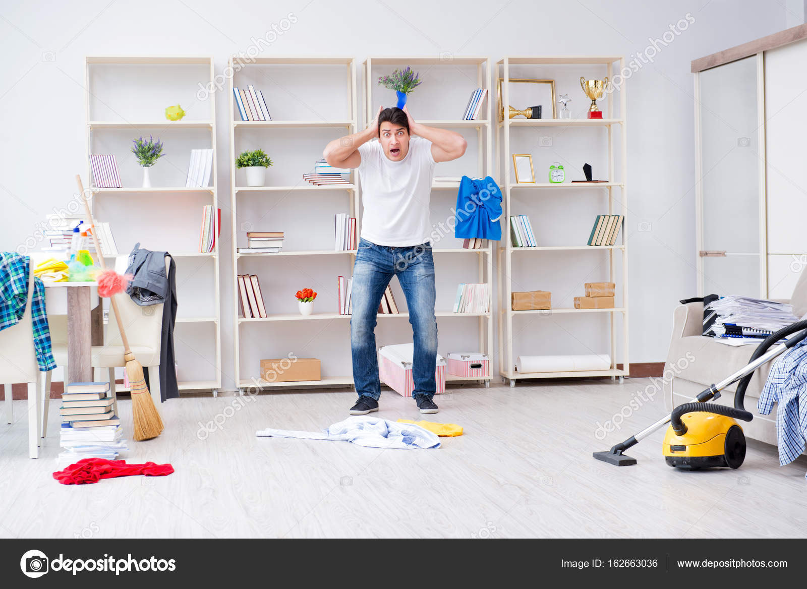 Hombre haciendo limpieza en casa foto de stock elnur - Limpieza en casa ...