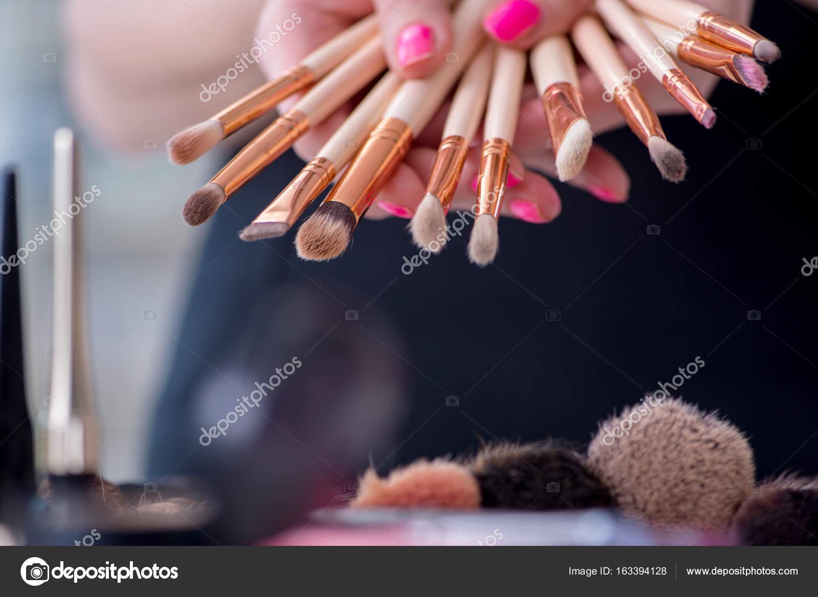 Sammlung von Make-up-Produkten, die in der Tabelle angezeigt ...