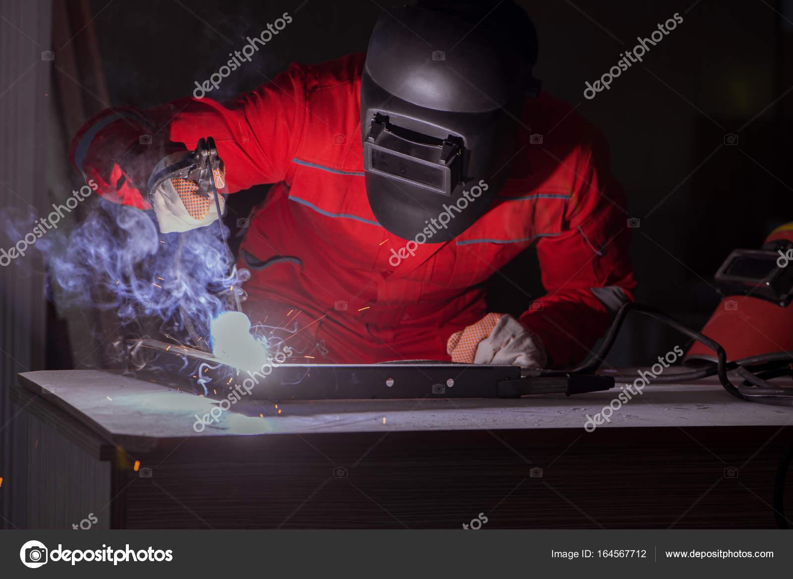fotos soldador electrodo reparador de jóvenes con un electrodo de