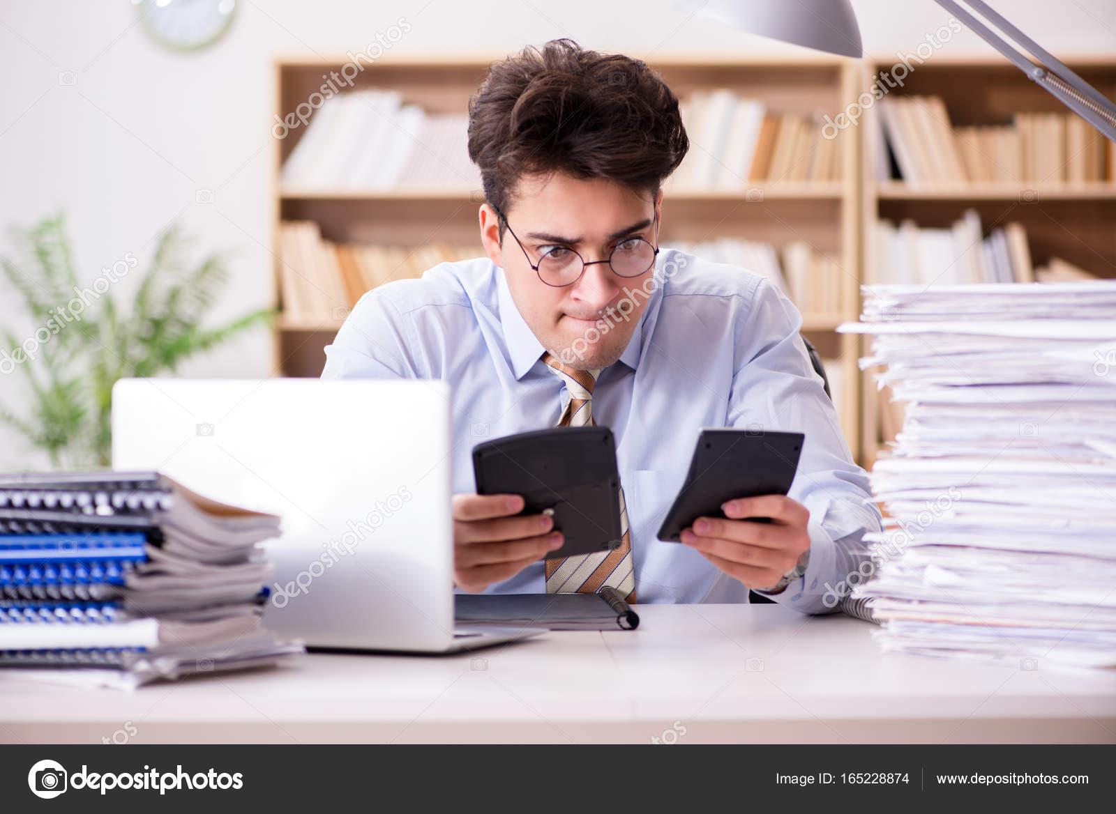 Lustige Buchhalter Buchhalter Arbeiten Im Buro Stockfoto C Elnur