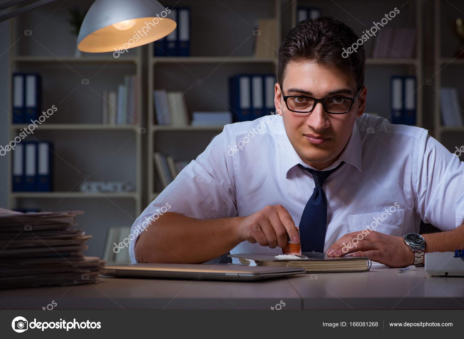 Homme d affaires rester tard au bureau pour les médicaments