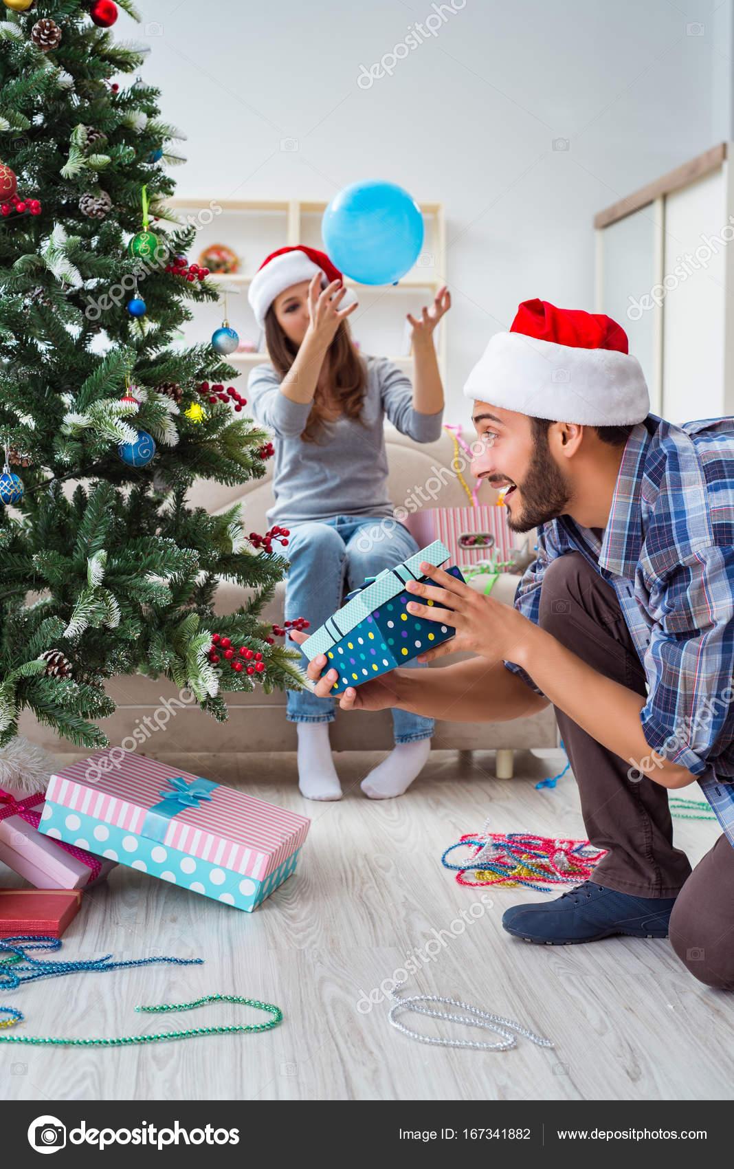Regali Di Natale Per Fidanzato.Fidanzata E Fidanzato Aprono I Regali Di Natale Foto Stock