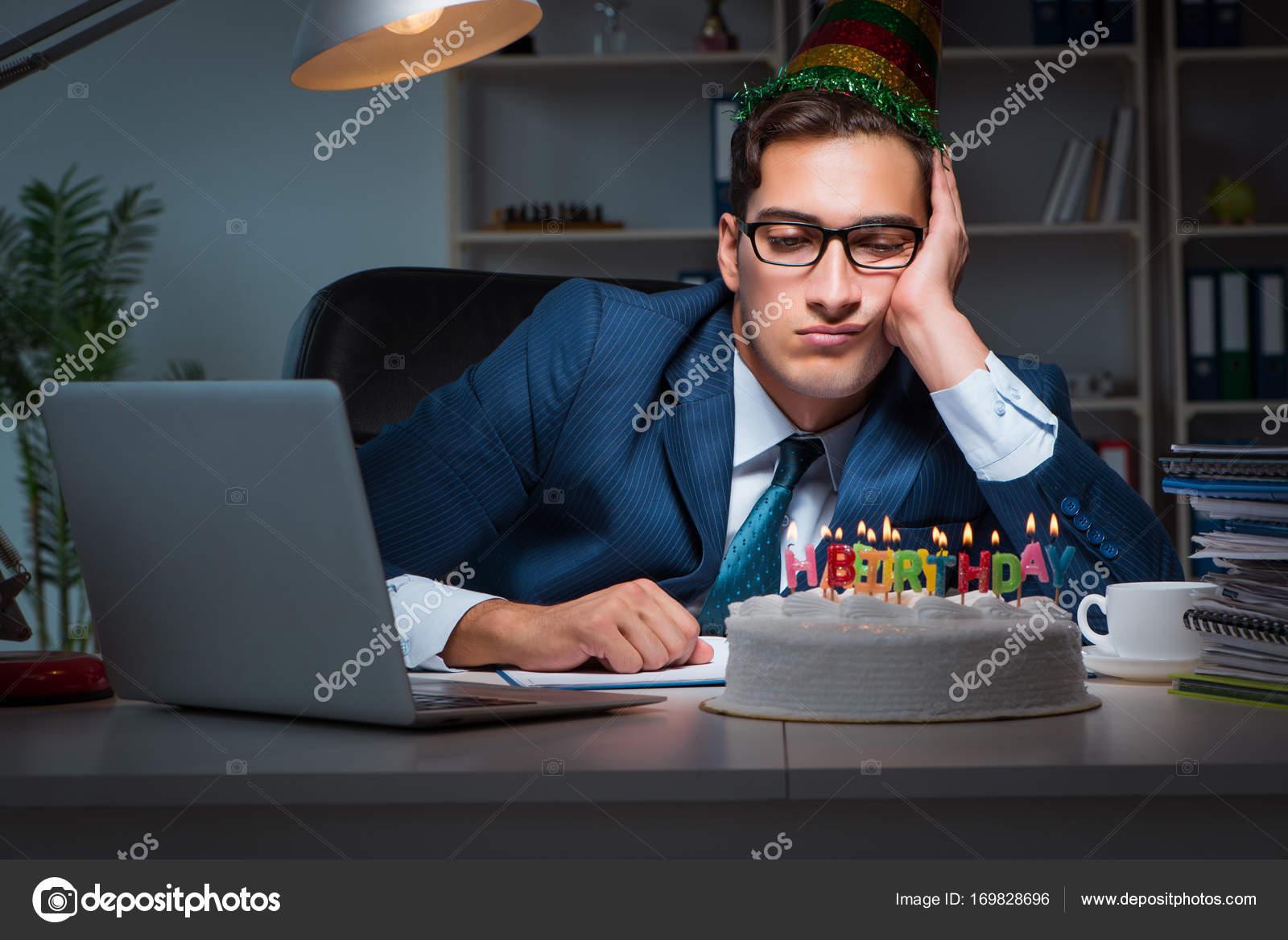 Cumpleanos Oficina Hombre Hombre Celebra Cumpleanos En La Oficina