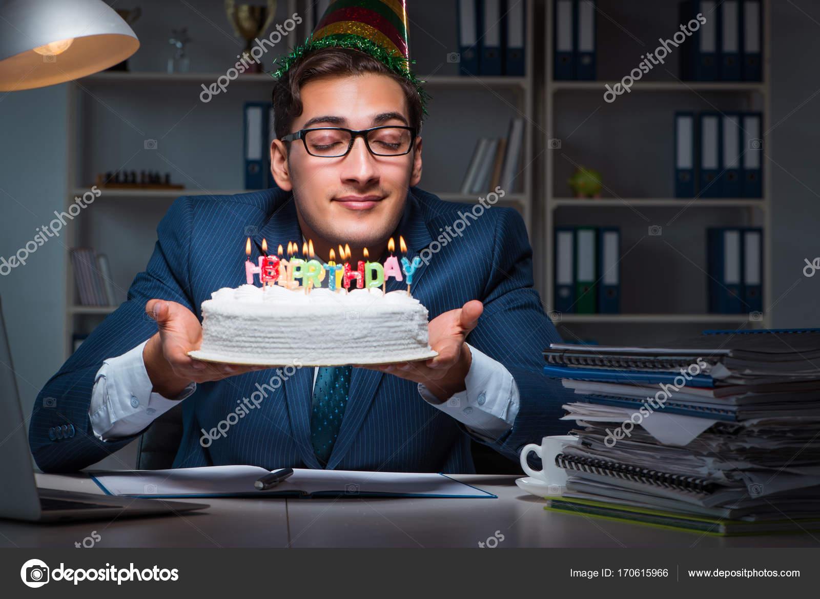 Hombre Celebra Cumpleanos En La Oficina Fotos De Stock C Elnur