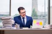 Přepracovaný podnikatel workoholik s příliš mnoho práce v kanceláři