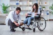 Zakázané pacienta na invalidní vozík návštěvy lékaře pro pravidelnou kontrolu