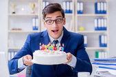 Mladý podnikatel slaví narozeniny sám v úřadu