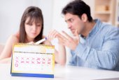 Mladá rodina v těhotenství plánování koncepce s èasovou ovulace