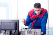 Fotografie Computerspezialist Mechaniker reparieren Computerdesktop