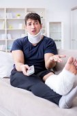 Muž zraněný v auto crash zotavení doma z poranění krční páteře