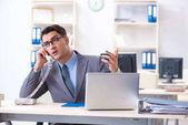 Pohledný podnikatel zaměstnanec u stolu v kanceláři