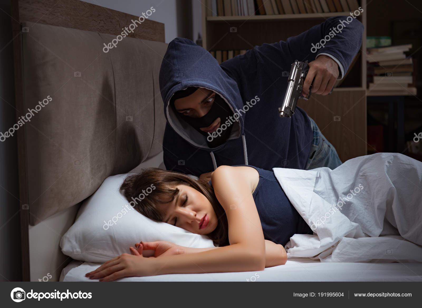 Einbrecher Brechen In Haus In Der Nacht Zum Schlafzimmer Mit