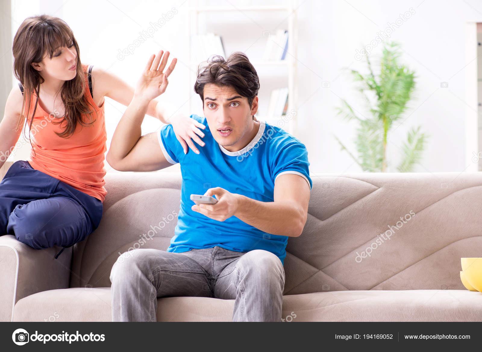 Трахнул пока муж смотрел футбол с другом, Жена тихо изменяет мужу с его лучшим другом во время 17 фотография