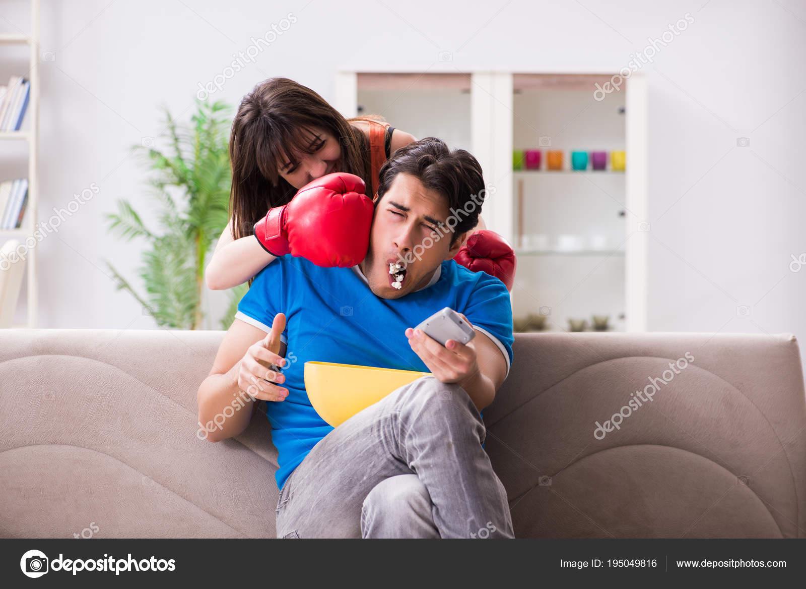 Трахнул пока муж смотрел футбол с другом, Жена тихо изменяет мужу с его лучшим другом во время 18 фотография