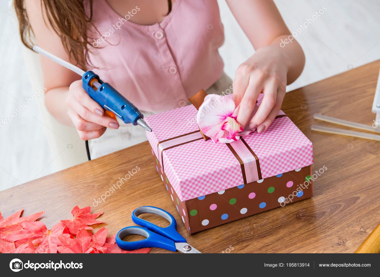 Mulher, caixa de presente de decoração para a ocasião especial — Fotografia  de Stock 536550387b