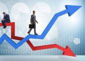Der Geschäftsmann mit Wachstums- und Niedergangsdiagrammen