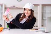 Projektantka pracující v kanceláři