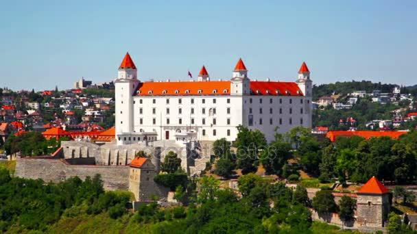 středověký hrad na kopci v letní den v Bratislavě