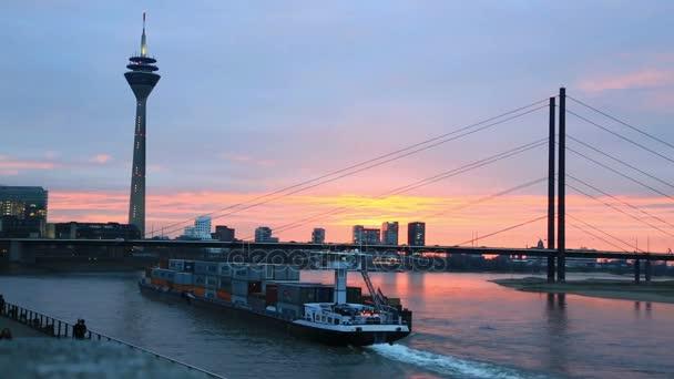 Frachtschiff transportiert Container auf dem Rhein