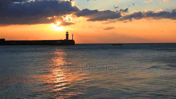 Maják v Jaltě při východu slunce, Krym