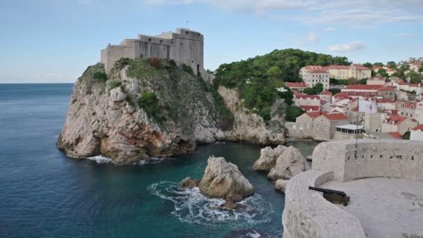 Celkový pohled na Dubrovník - Pevnosti Lovrijenac a Bokar vidět z jižních starých zdí. Chorvatsko. Jižní Dalmácie.