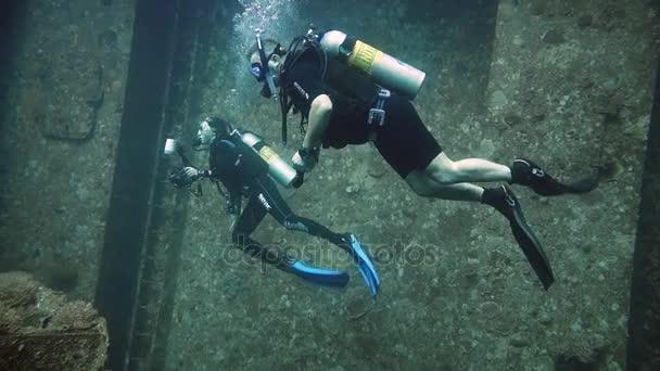 Potápěči na návštěvě vrak Giannis D, Rudé moře, Sharm el Sheikh, Egypt