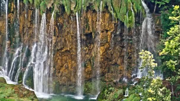 Scenérie malebné vodopády v národním parku Plitvická jezera