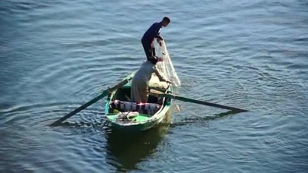 Emberek halakat egy csónakban ül a tengeri halászat.