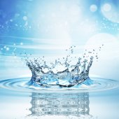 spruzzi d#39;acqua di colore blu scuro con una goccia d#39;acqua volare dall#39;alto
