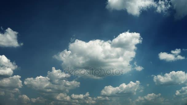 mozgó felhők és a kék ég idő telik el. 4k