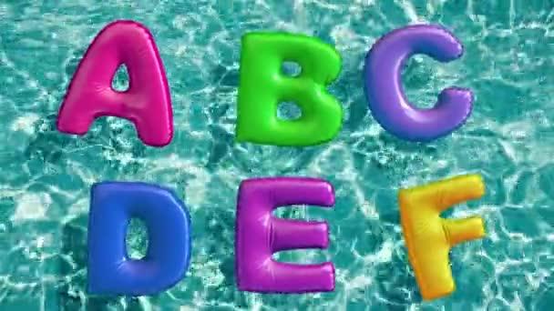 Alphabet aus aufblasbarem Schwimmring, der in einem erfrischenden blauen Schwimmbad schwimmt