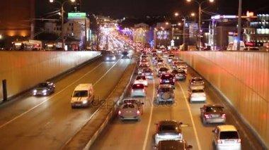 Dopravní zácpa v noci v Sadového okruhu