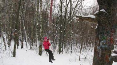 Dívka na koni na lano swing v zimním lese