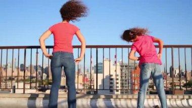 Matka a dcera se cvičení na střeše v New Yorku