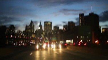 Pohyb v noci na silnici s auty v New Yorku