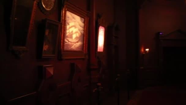 Cuarto oscuro en casa fantasma en Disneyland en París — Vídeo de ...