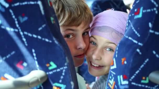 bratr a sestra cestování v autobuse