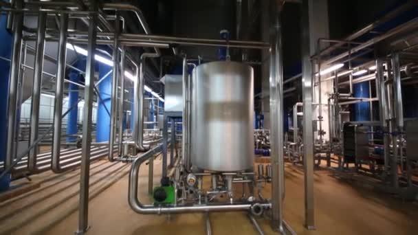Werkhalle mit Rohren und Reservoirs im Werk